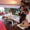 Jaouad interprète sa première démonstration de cuisine