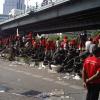 Les Chemises Rouges devant le Dusit Thani