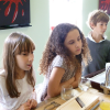 Les enfants autour des chefs jumeaux Pourcel pour un atelier de cuisine tout en gourmandises.