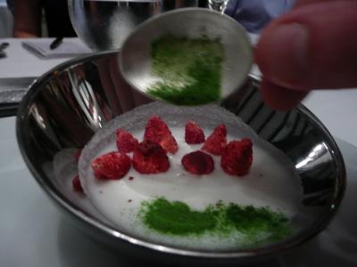 des fraises des bois hyophilisées, du thé Matcha, un lait de coco