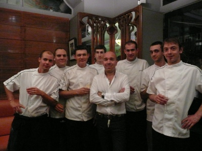 Moi avec l'équipe cuisine.... il était déjà tard