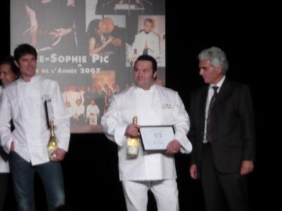 David Moliconne recevant son prix des mains du Patron de Métro france