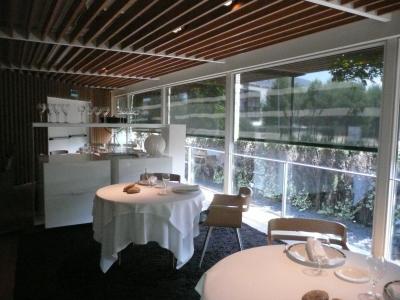 Une partie des salles avec les baies vitrées donnant sur le jardin