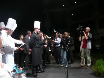 Le Lauréat, veste noire et toque blanche sur la ligne d'arrivée...