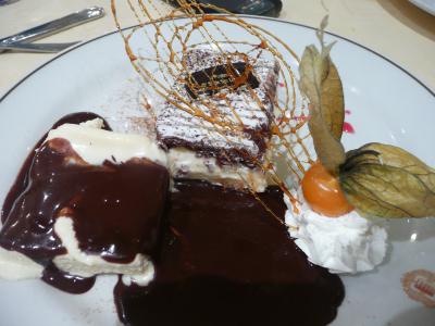 Une glace vanille et une crème Chantilly accompagnant le dessert plutôt à consommer avec une grande faim