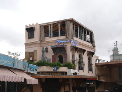 On y trouve pleins de petits restaurants charmants, depuis les étages et les terrasses on y admire les toits de la Médina