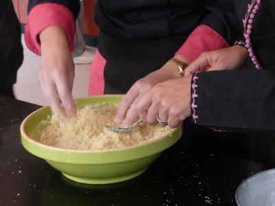 Cuisine à quatre mains pour préparer la semoule, la cuisine du lien