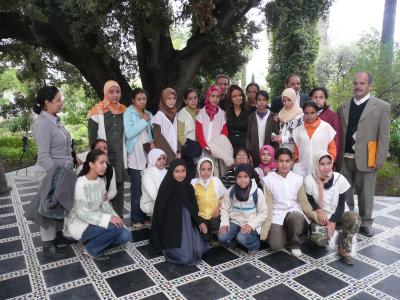 une classe entourant Fatéma Hal et les instituteurs