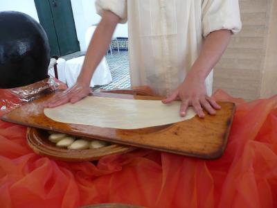 dextérité dans le geste pour étaler la pâte