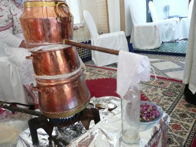 extraire l'eau de rose, qui servira à parfumer les pâtisseries. Fait de bric et de Broc, le miracle à quand même lieu