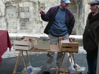 """Un marchant de cèpes qui vend des """" Sépes frais """" comme indique sa plancarte !"""