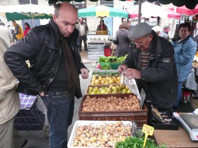 Laurent achetant des noix de la dernière récolte à un paysan