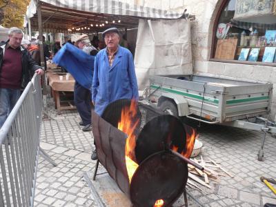 Ici se sont les châtaignes que l'on fait flamber, on tourne la manivelle pour les faire griller...