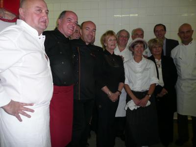 Les chefs en cuisine entourant Madame Le Maire de Montpellier Hélène Mandroux