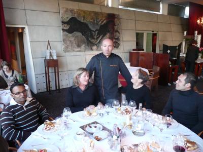 Le Chef entre Lora Petrozi et Brigitte Soustre