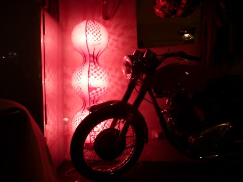 Une moto de marque Norton à l'entrée de la salle principale