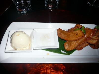 Beignets de bananes, lait de coco et glace vanille... un dessert local.