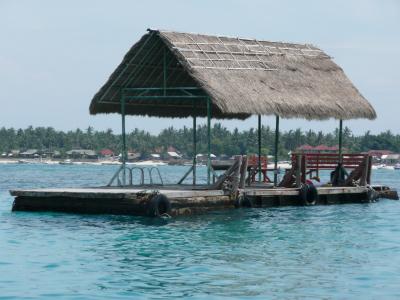 On peux s'accoster aux divers pontons à disposition, tout autour les écoles de plongée sont déjà à l'oeuvre