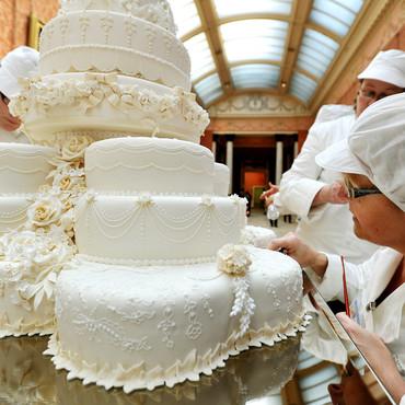 equipe-de-fiona-cairns-autour-du-gateau-de-mariage-10449769qimma ...