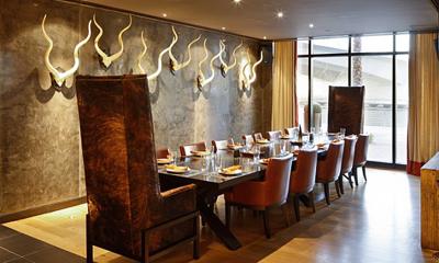 Rhodes Twenty10  Second lieu à Dubaï du chef Gary Rhodes, cette fois –ci formule steakhouse.  Le Royal Meridien Beach Resort & Spa (04 316 5550).