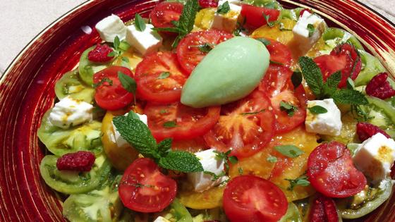 Salade fraîcheur de tomates de saison, mozzarella, framboises et sorbet aux tomates vertes.