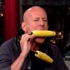 Bruce Willis dévoile deux instruments permettant de manger du maïs et boire une bière sans les mains